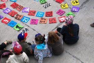 enfants assis dans la cour, illustration LMA Sud PACA
