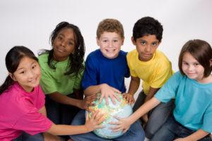 Enfants posant leurs mains sur un globe terrestre, illustration LMA Sud PACA